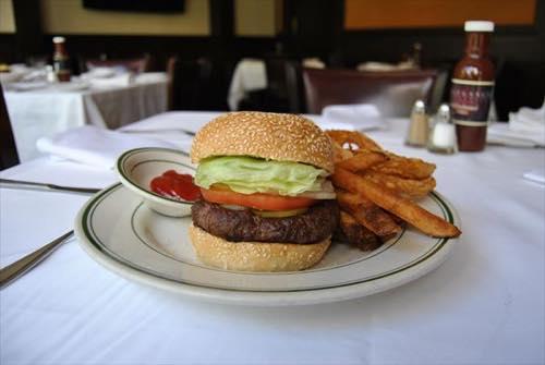 ハワイのウルフギャングステーキハウスのハンバーガー