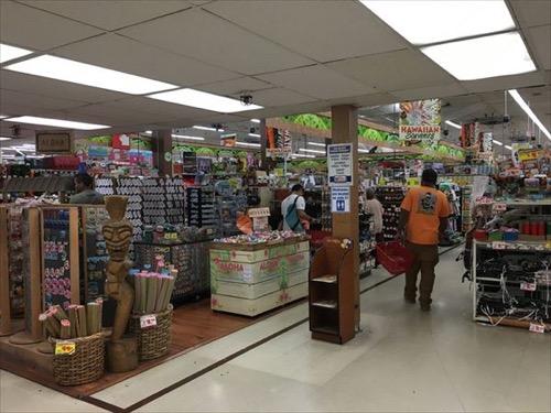 ハワイのドンキホーテカヘカ店のお土産コーナー